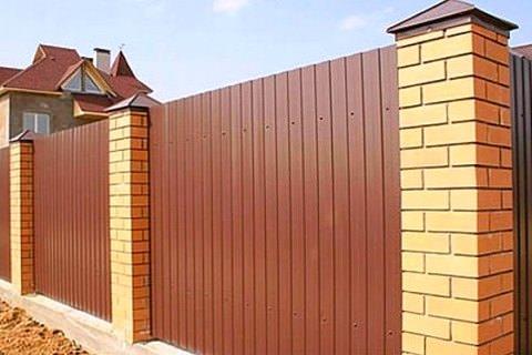 Предлагаем установить забор из профлиста в Самаре. Цена монтажа – от 899 рублей